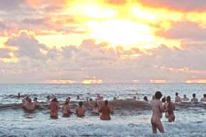 Сотни британцев отправились купаться голышом, невзирая на погоду.